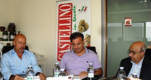 Vincenzo Lombardo (a destra) in una foto all'interno della sua azienda