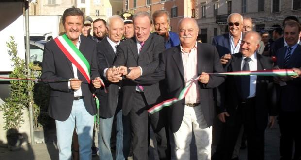 Il taglio del nastro con l'assessore regionale Pietro Marcolini