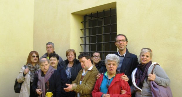 Francesco Rapaccioni con il gruppo nel cortile interno del carcere