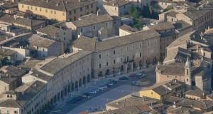 Il palazzo municipale in Piazza del Popolo