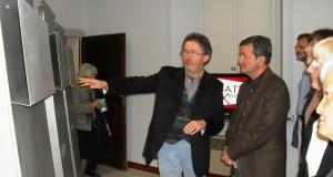 Paolo Gobbi illustra le sue opere all'inaugurazione della mostra