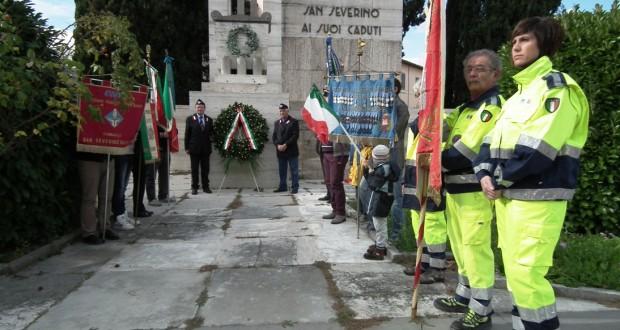 Corona d'alloro al monumento ai Caduti