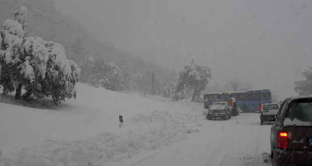 """Pullman in difficoltà lungo la strada provinciale """"Apirese"""", nei pressi di Palazzata"""