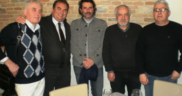 Il presidente di Confcommercio, Simone Biangi, assieme ad alcuni ristoratori