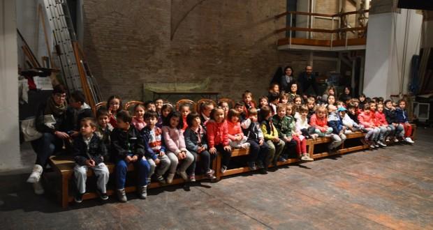 """I bambini sul palco del Feronia per lo spettacolo """"Piano"""""""