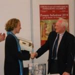 Il momento della consegna del Premio da parte del prof. Bertelli