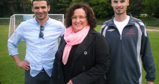 La signora Eugeni Cingolani assieme al presidente Sileoni e al tecnico biancorosso Sparapassi