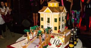 La grande torta preparata per il decimo compleanno dell'evento