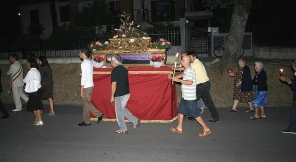 La processione con l'urna di santa Margherita (foto tratta da www.moreve.it)
