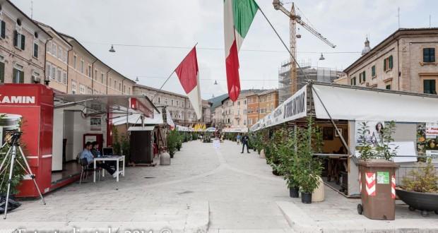 La piazza con gli stand della Mostra (Fotostudiostyle)