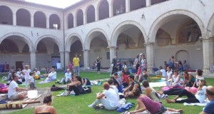 Lo yoga nel chiostro di San Domenico: che successo!