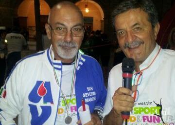 Il sindaco Cesare Martini consegna al presidente dell'Avis, Dino Marinelli, la medaglia di San Severino Marche da portare fino a Santiago