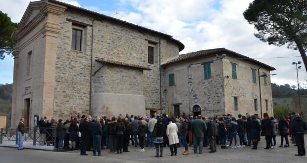 La chiesa di Santa Maria Assunta e i tanti fedeli presenti alla riapertura