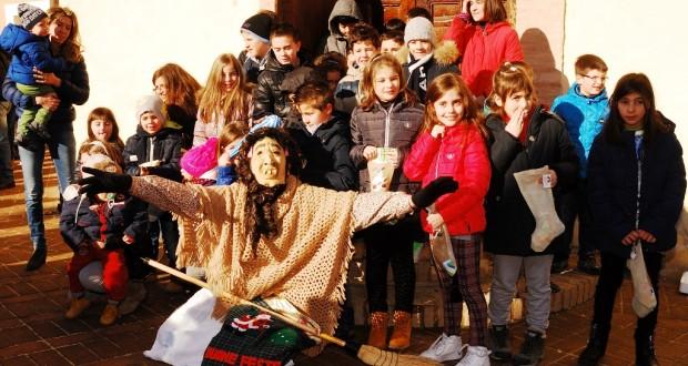 I bambini di Serralta con la loro Befana (edizione 2015)