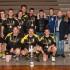Foto di rito con il trofeo vinto dai ragazzi del Giaguaro
