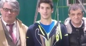 Da sinistra: il presidente del tennis club, Gabriele Miziola, il vincitore Ramazzotti e l'assessore Gianpiero Pelagalli