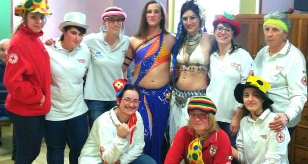 I volontari della Croce rossa assieme ai danzatori del ventre