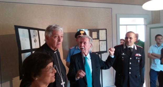 Il cardinale Menichelli in visita alla mostra
