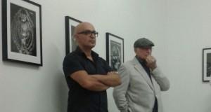 Un momento dell'inaugurazione della mostra. A sinistra Roberto Maggiori, a destra Nino Migliori