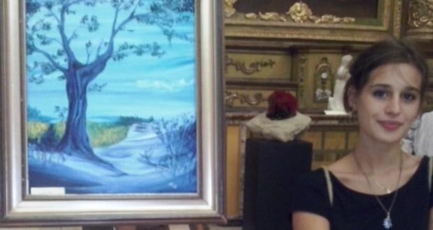 Alessandra Tacchi accanto a una sua opera