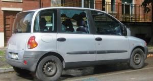 L'auto col vetro rotto