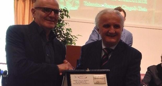 Gualtiero Taborro premiato da Nando Ottavi
