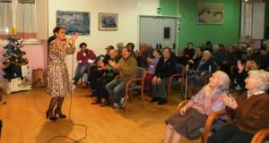 Mafalda canta per gli ospiti della Casa di riposo