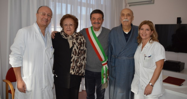 Piero ed Emanuela con il sindaco e i sanitari
