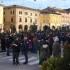 Gente in piazza per protestare contro la chiusura del reparto
