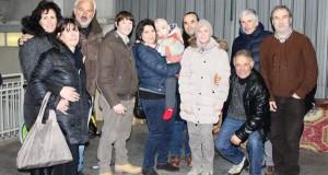 Il piccolo Simone con i genitori e gli amici di Cesolo (foto d'archivio)