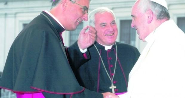 Mons. Antonio Napolioni assieme al vescovo Brugnaro mentre incontra Papa Francesco