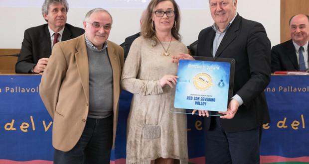 Loredana Agrifoglio ritira il certificato di qualità ad Ancona. Con lei ci sono il giornalista Andrea Carloni e il presidente della Fipav provinciale, Roberto Cambriani