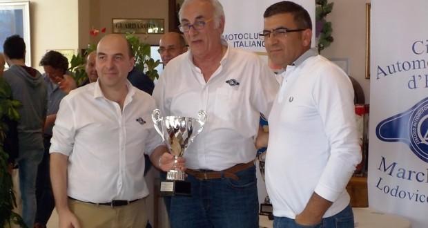 Il presidente Caglini premia Andrea Carnevali (primo a sinistra)