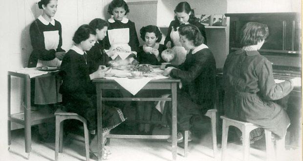 Studentesse di economia domestica (foto storica dell'Istituto)