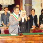 L'abbraccio con il sindaco uscente, Cesare Martini