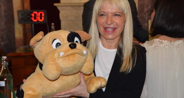 Il sindaco Rosa Piermattei con la mascotte che le è stata donata in occasione del primo Consiglio comunale