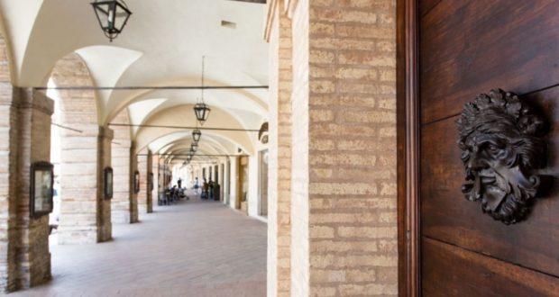 Palazzo Gentili: il portone con i mascheroni di Venanzio Bigioli