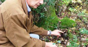 Elio Antonini mostra le due bombe rinvenute