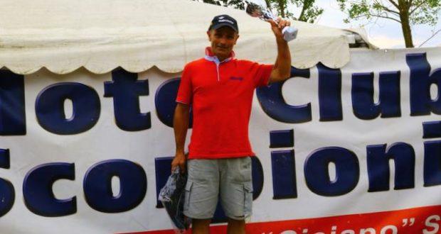Manlio Giachè alza il trofeo di campione regionale Over 40