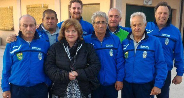"""La squadra vincitrice del trofeo: in primo piano Franca, """"portafortuna"""" del gruppo"""