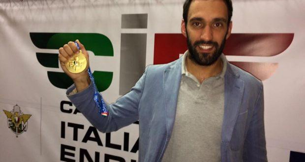 Federico Ulissi con la medaglia d'oro del titolo italiano