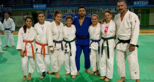 Boris Giachetta con il campione Pino Maddaloni e le ragazze dello stage