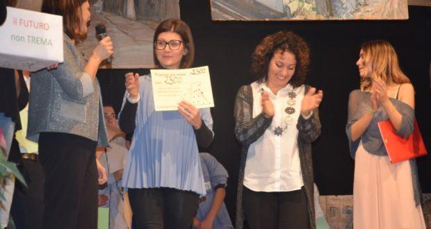 Nelle foto: un momento dello spettacolo e la professoressa Francesca Alessandrini che riceve il contributo.