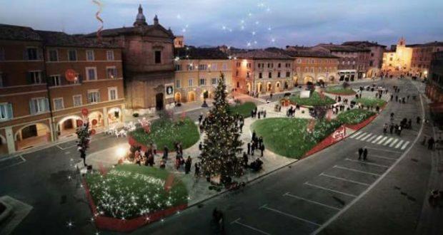 Il nuovo allestimento natalizio in Piazza del Popolo