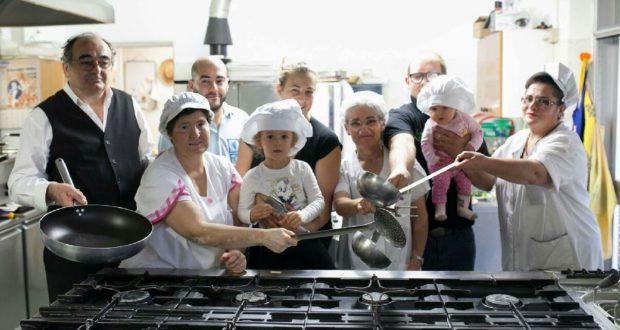 Lo chef Francesco Scuriatti assieme alla sua famiglia e a chi lo aiuta in cucina