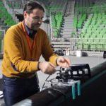 Roberto Taddei mentre sistema le apparecchiature a bordo campo