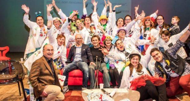 Giorgio Farroni e Alex Zanardi assieme ai clown in corsia in occasione della presentazione del libro a Fabriano
