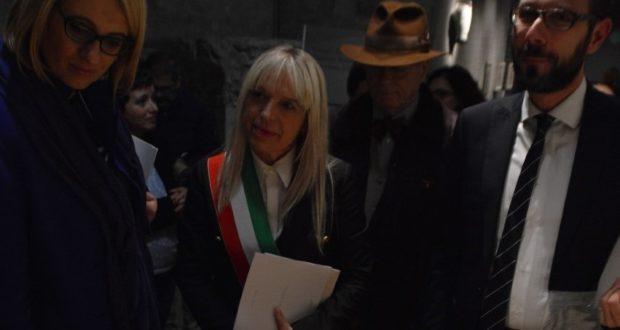 L'inaugurazione della mostra: da sinistra l'on. Irene Manzi, il sindaco Rosa Piermattei e l'avvocato Francesco Rapaccioni