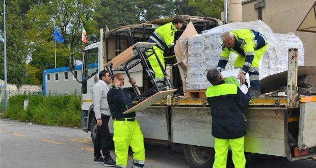 Il camion carico di sedie, banchi, cattedre e altro ancora