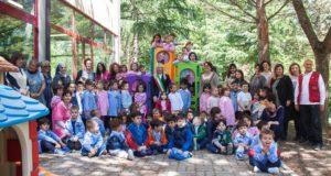 Foto di gruppo nel cortile interno della scuola di Cesolo